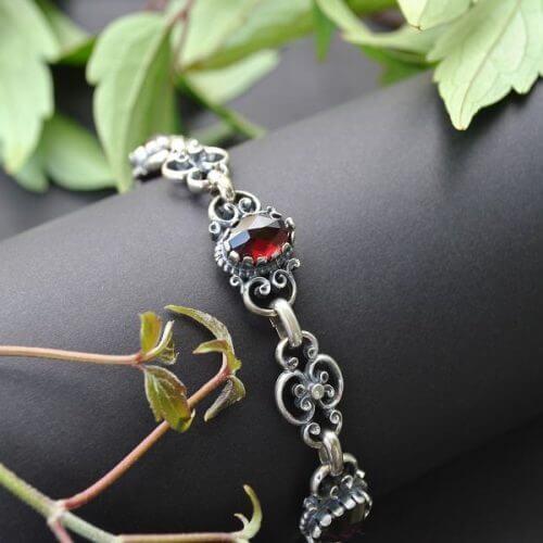 Trachtenarmband Berta aus Silber und Granat