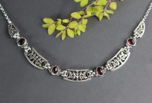 Trachtenkette Damen; Silberne Halskette mit Lebensbaum Motiv und Granat gefasst