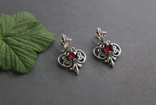 Trachtenschmuck Ohrschmuck: Ohrringe Berta in Silber und Granat, klassisches Trachtenmuster aus dem Ausseerland