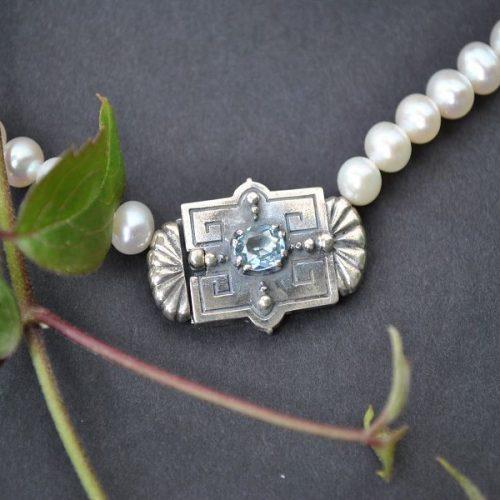 Perlenkette mit silberner Schließe und blauem Spinell