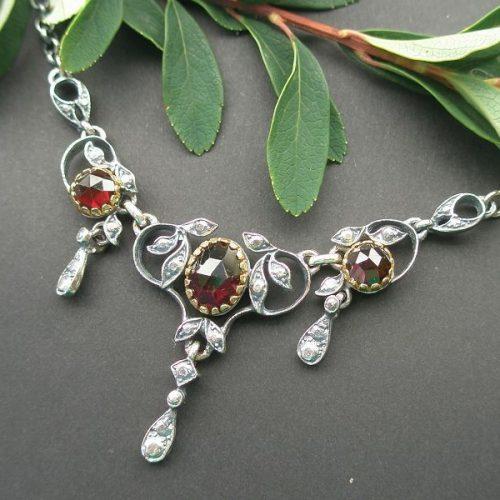 Silberne Trachtenkette mit Granat