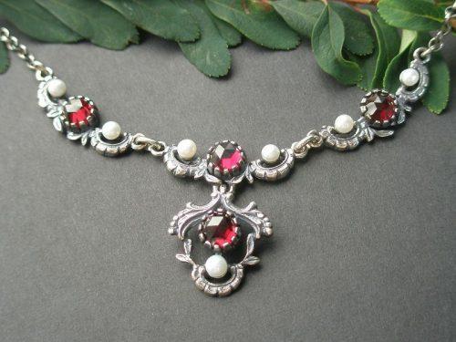Trachtenkette Jutta mit Perlen und Granat in Silber