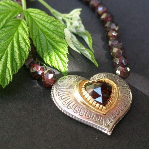 Trachtenkette Karin mit Gold Details und Granat