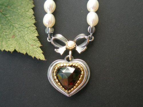 Trachtenschmuck Perlenkette Rita mit Schleife und Herz