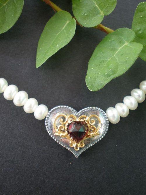 Perlenkettem mit silbernem Herz und Granat in der Mitte