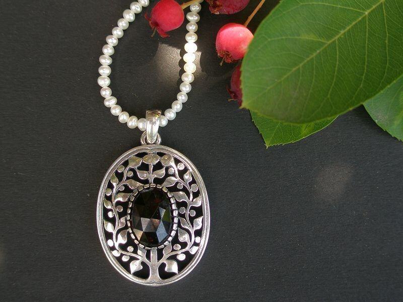 Trachtenschmuck Anhänger Lebensbaum mit Granat Stein und Perlenkette