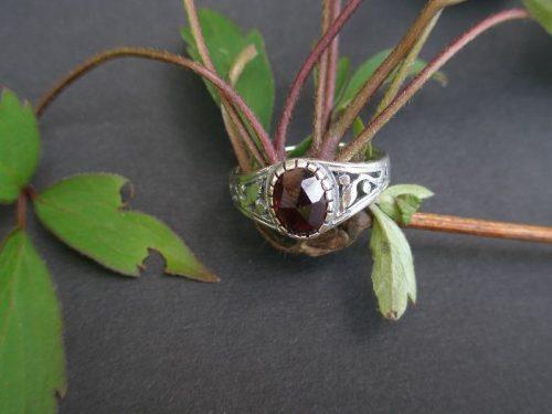 Trachtenring Lebensbaum mit Granat