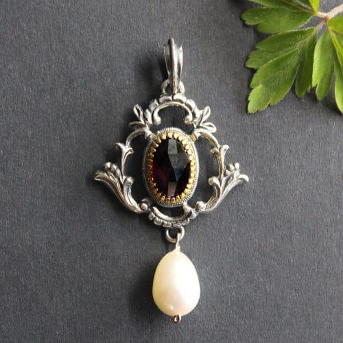 Klassischer Trachtenschmuck Anhänger in Silber mit Granat und Perle
