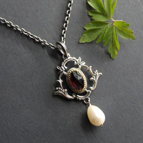 Silberkette mit Trachtenschmuck Anhänger Diana ebenfalls in Silber, mit Granat und Perle angehängt