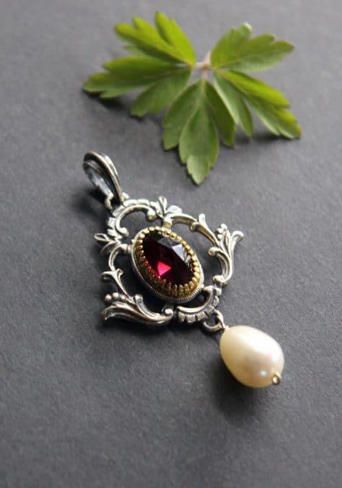 Trachtiger Schmuckanhänger in Silber mit Granat und Perle
