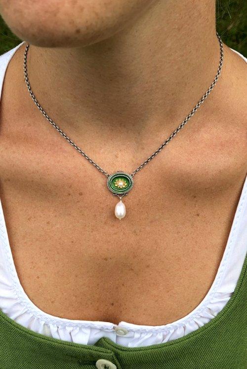 Dirndlschmuck Kette in Grün und Perle getragen