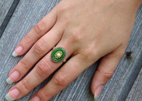 Schöner Trachtenring in Grün und blumigen Detail
