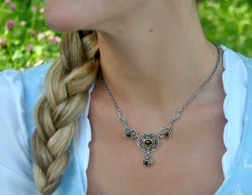 Trachtenkette Silber mit drei Granatsteinen an Dirndl getragen