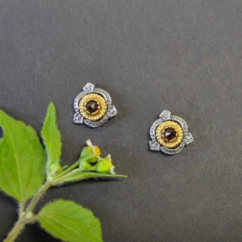 Schöne kleine Trachtenohrringe mit vergoldeten Details und einem kleinen Granat in der Mitte