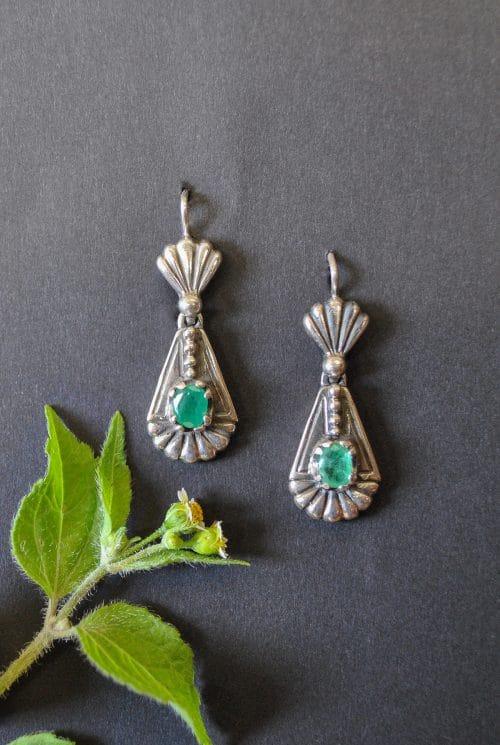 Trachtige Ohrringe aus Silber mit Smaragd