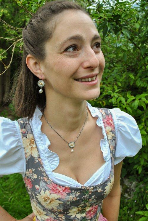 Trachtenschmuck Agnes in weiß getragen zu geblümten Drindl