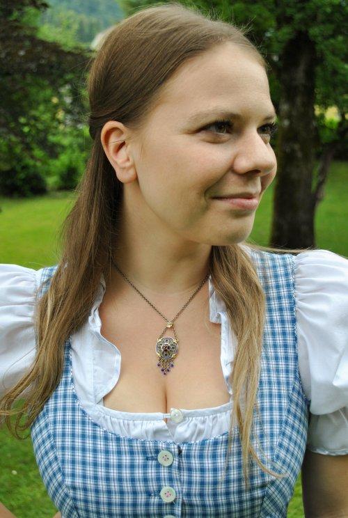 Trachtenschmuck Kette Hedwig getragen zu blau kariertem Dirndl