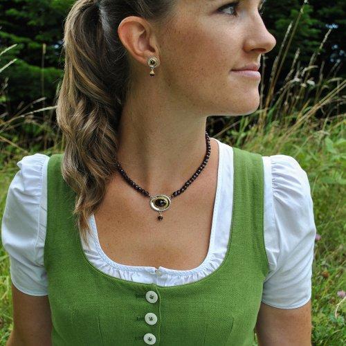 Trachtenschmuck Granatkette getragen zum Dirndl