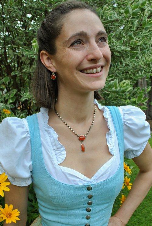 Schmuck für Damen getragen zum Drindl in Orange