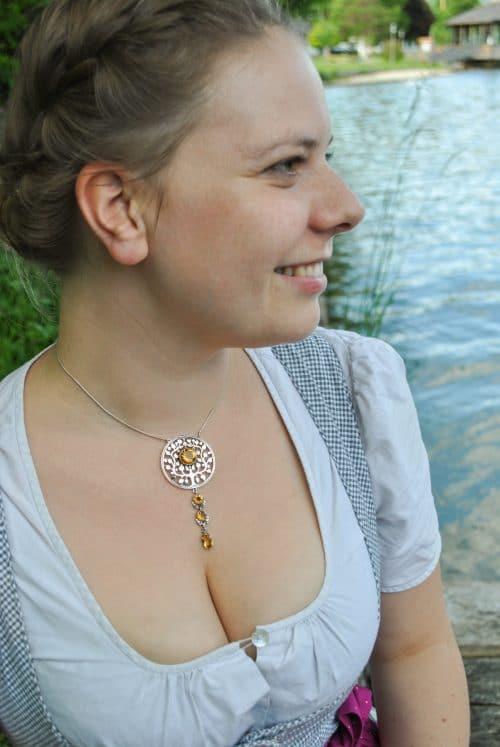 Frau mit Dirndl und Dirndlschmuck aus Silber und Stein Zitrin