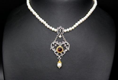 Dirndlschmuck Perlenkette mit silbernen, herzförmigen Mittelteil mit Granat und Perltropfen