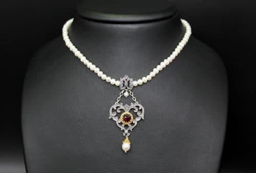 Trachtenschmuck Damen: schöne Perlenkette aus kleinen, runden Süßwasserperlen und herzförmigen, trachtigen Herz