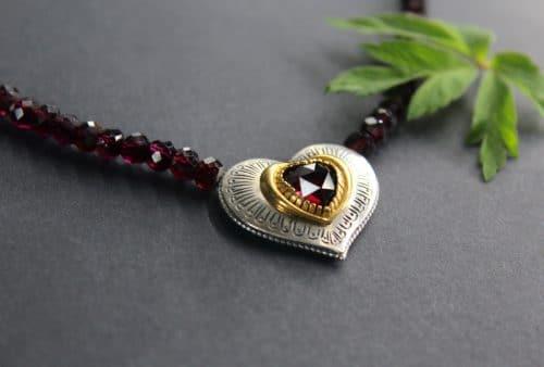 Granatkette Karin mit Herz seitlich untere Ansicht