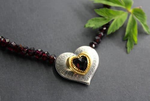 Granatkette Karin mit Herz seitliche Ansicht