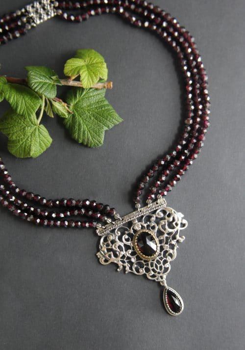Granatschmuck Granatkette Kunigunde mit detailreicher, silberner Schließe