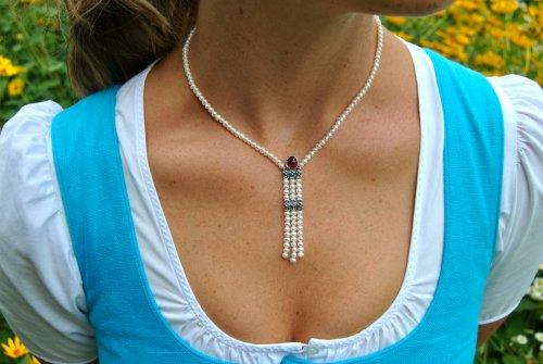 Perlenkette mit Details aus Silber und Stein Granat