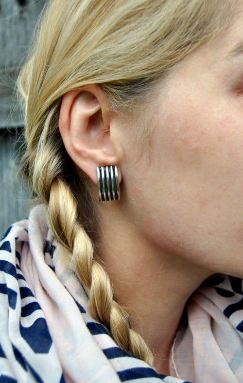 Ohrringe aus Silber modern getragen