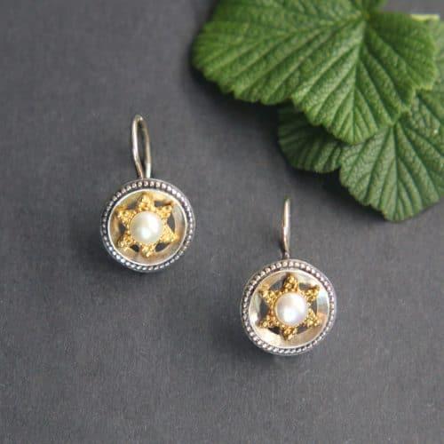 Schmuck zum Dirndl: Schöne runde Ohrhänger in Silber mit Perle