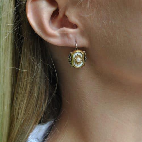 Trachtenschmuck Ohrringe aus Silber mit weißen Details und einer kleinen Perle