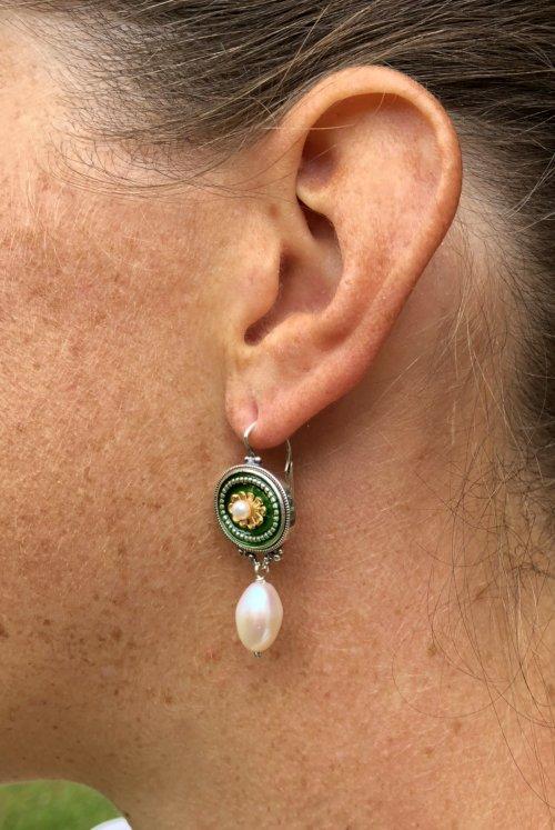Seitliche Ansicht eines Trachten Ohrringes in Grün