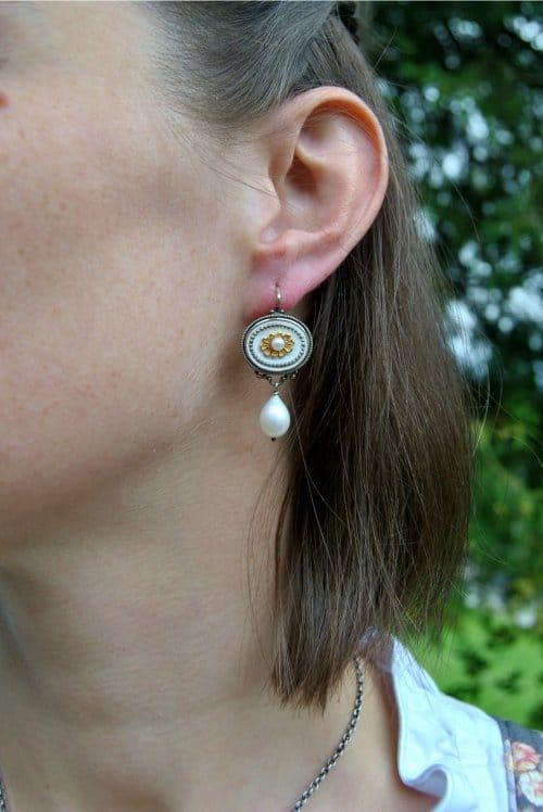 Dirndlschmuck Ohrringe in weiß mit Blumenmotiv und Perle
