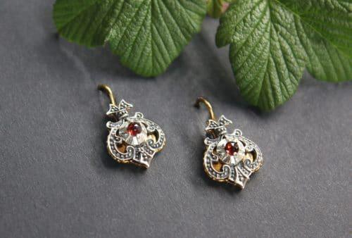 Echter Trachtenschmuck Silber: Ohrringe Emma in Silber und silber-vergoldet mit kleinem Granat gefasst, seitliche Ansicht