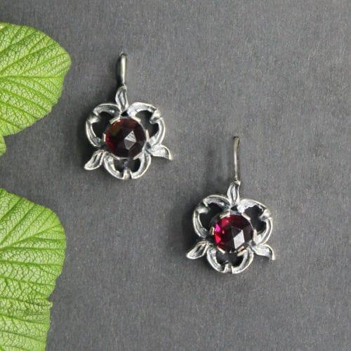 Trachten Ohrringe Heidi in Silber, blumenförmig mit Granat
