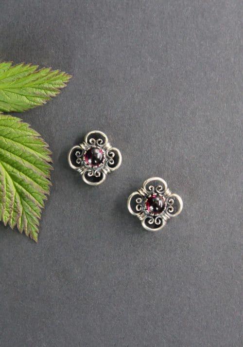 Trachten Ohrringe Hermine: Silberne Ohrstecker mit Granat gefasst
