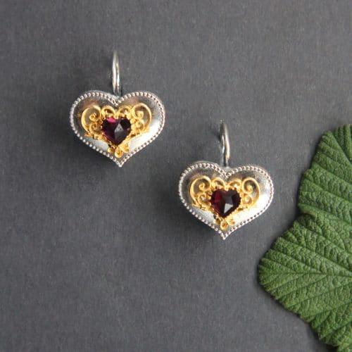 Schmuck zum Dirndl: Silberne Trachten Ohrringe in Herzform und Granat