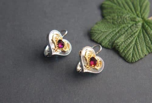 Trachtenschmuck Ohrringe in Herzform, Silber und Granat, vergoldete Details, seitliche Ansicht