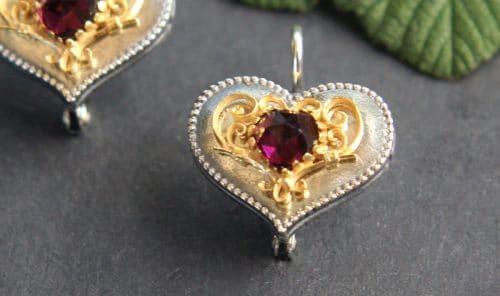 Trachtenschmuck Herz: Silberne Trachten Ohrringe in Herzform mit Granat in Herzform