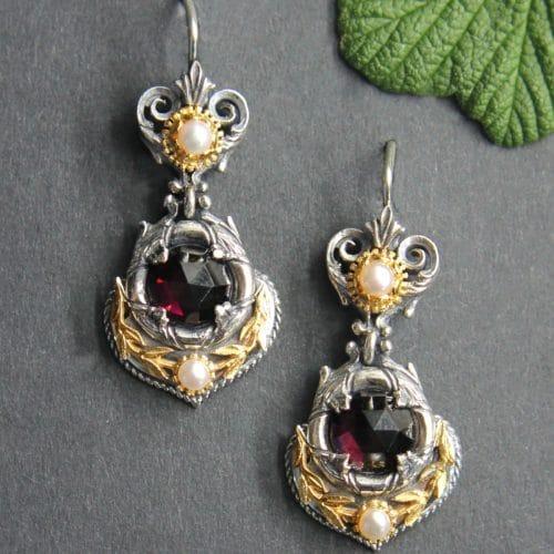 Echter Trachtenschmuck Silber: Schöne festliche Ohrringe in Silber mit Lorbeerkranz vergoldet, Perle und Granat