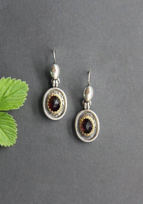 Schmuck zum Dirndl: Ohrringe Mariella in Silber, gehämmerte Optik und Granat