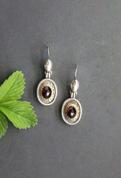 Moderne, echte Dirndlschmuck Ohrringe in Silber und Granat