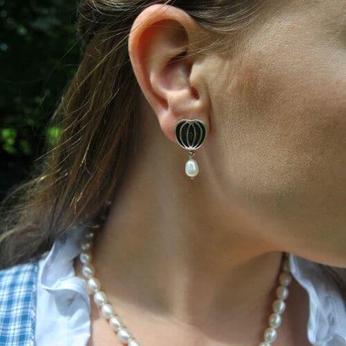 Schöne trachtige Ohrringe aus Silber mit Perle