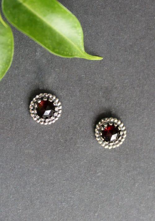Kleine Trachtenschmuck Ohrstecker in Silber und Granat