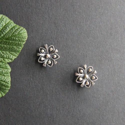Kleine, blumige Trachten Ohrstecker in Silber