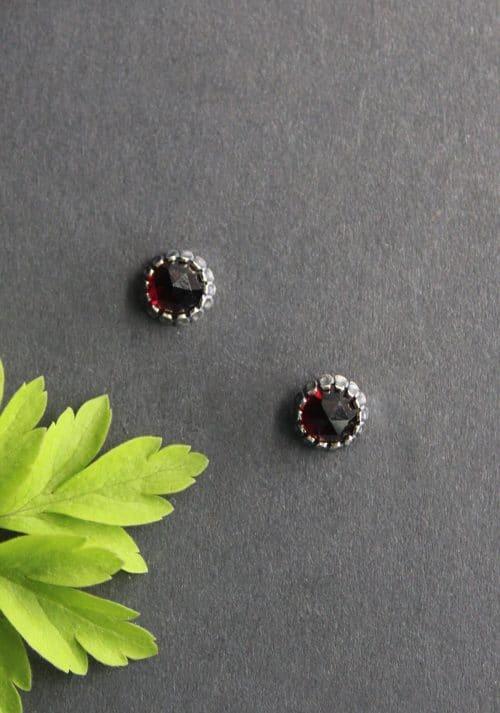 Kleine runde Trachtenschmuck Ohrstecker in Granat (6mm) und Silber