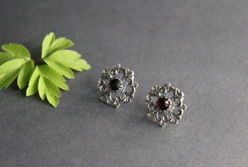 Trachtige Ohrstecker in Silber mit Granat