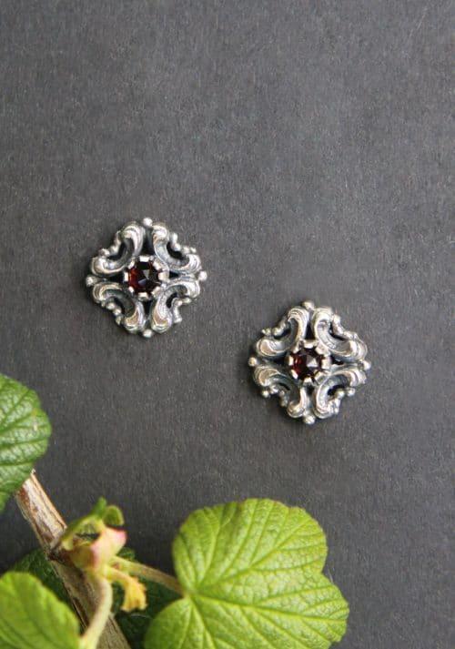 Silberne Trachten Ohrstecker mit kleinem Granat